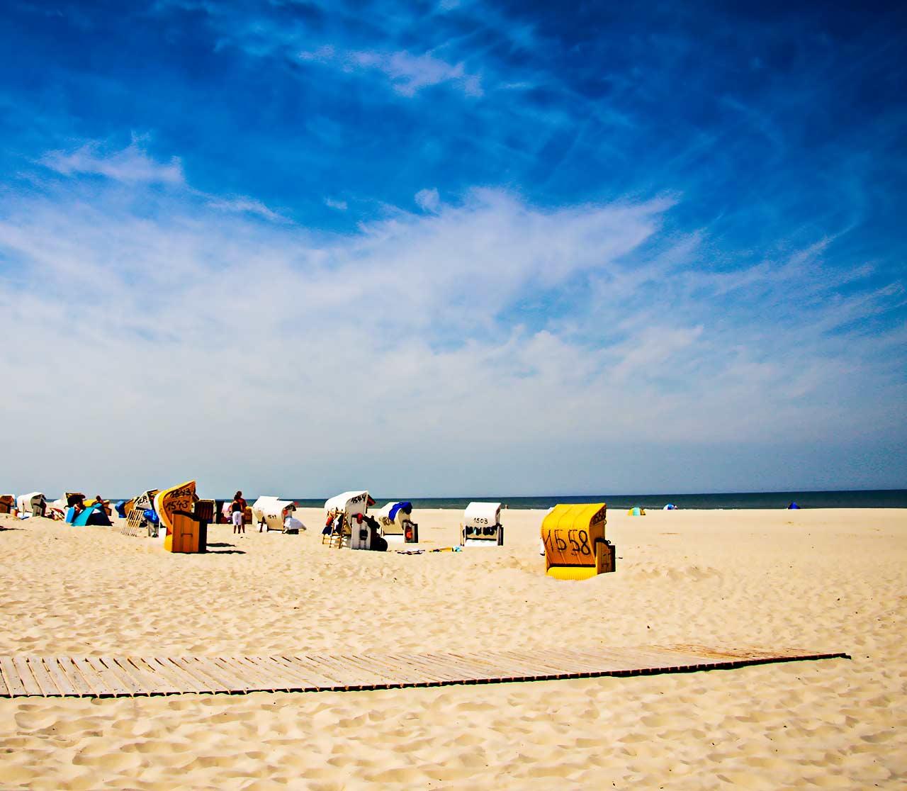 Strandfoto im Sommer auf Juist mit Strandkörben
